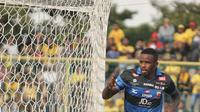 Striker Madura United, Greg Junior Nwokolo, rayakan gol ke gawang Barito Putera pada lanjutan Liga 1 di Stadion 17 Mei, Banjarmasin, Sabtu (22/7/2017). (Twitter Madura United)
