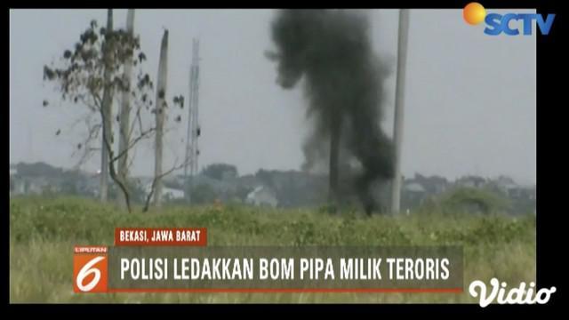 Densus 88 Antiteror dan Polisi ledakkan bom pipa milik teroris Bekasi di tanah kosong di Babelan.