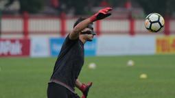 Andritany mengalami cedera di bagian wajah ketika memperkuat Timnas Indonesia di PSSI Anniversary Cup 2018. Kini Andritany berpeluang tampil saat Persija melawan Persebaya. (Bola.com/Nick Hanoatubun)