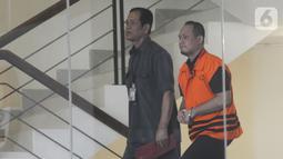 Kasubbag Protokol Pemerintah Kota Medan nonaktif, Syamsul Fitri Siregar menaiki tangga akan menjalani pemeriksaan di Gedung KPK, Jakarta,  Rabu (6/11/2019). Syamsul diperiksa sebagai saksi terkait kasus dugaan suap proyek dan jabatan pada Pemkot Medan tahun 2019. (merdeka.com/Dwi Narwoko)