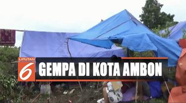 Sejak gempa mengguncang Kamis lalu warga mengaku hingga kini belum menerima bantuan dari pemerintah terutama makanan, tenda, serta selimut untuk anak-anak.