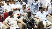 Capres 02 Prabowo Subianto berbincang dengan Ketua Dewan Kehormatan PAN Amien Rais saat menghadiri acara Syukuran dan Munajat Kemenangan Prabowo-Sandi di Padepokan Pencak Silat TMII, Rabu (24/4). (Liputan6.com/Herman Zakharia)