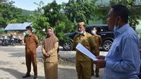 Plt. Bupati Anas Jusuf saat melakukan sidak di perkantoran Pemda Boalemo (Arfandi Ibrahim/Liputan6.com)