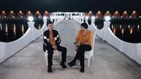 Dalam video yang bertempat di Pulau Tegal Mas, Lampung, sosok Hadi Pranoto mengenalkan diri kepada publik sebagai Kepala Tim Riset Formula Antibodi Covid-19 dengan gelar pakar Mikrobiologi. (Tangkapan layar dari Youtube Anji)