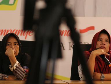 Ibu Roidah bersama Ibu Siti Jariyah saat menceritakan pengalamannya terkait penerima Program Keluarga Harapan dan Program Mekar yang diberikan era Pemerintahan Joko Widodo di Rumah Cemara, Jakarta, Kamis (28/2). (Liputan6.com/Johan Tallo)