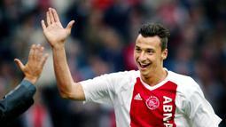 Zlatan Ibrahimovic memiliki gaya rambut pendek saat bergabung dengan Ajax Amsterdam pada 2002. Ibrahimovic bergabung dengan Ajax selama tiga tahun dari 2001-2004 usai hengkang dari Malmo FC. (Photo by CONTINENTAL/ANP/AFP)