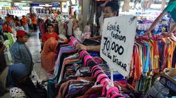 Suasana kios penjual baju lebaran di Pasar Tanah Abang, Jakarta, Kamis (2/7/2015). Memasuki pertengahan Ramadan pedagang mengaku penjualan baju muslim meningkat dari bulan-bulan sebelumnya. (Liputan6.com/Yoppy Renato)