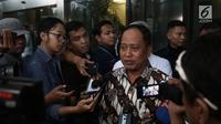 Menristekdikti, Mohamad Nasir memberikan keterangan kepada media usai mengunjungi KPK di Jakarta, Kamis (29/11). Kunjungan M Nasir tersebut untuk membicarakan kerjasama antar kedua lembaga terkait pencegahan anti korupsi. (Liputan6.com/Herman Zakharia)