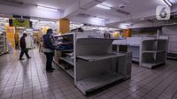 Konsumen memilih barang kebutuhan di salah satu gerai supermarket Giant di Jakarta, Kamis (4/3/2021). Menurut pengakuan karyawan yang bekerja bahwa store Giant ini akan ditutup pada 4 April mendatang. (Liputan6.com/Johan Tallo)