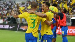 Bek Brasil, Miranda, melakukan selebrasi bersama Roberto Firmino usai membobol gawang Argentina, pada laga persahabatan di Stadion King Abdullah, Jeddah, Selasa (16/10/2018). Brasil menang 1-0 atas Argentina. (AFP/STR)