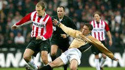 PSV Eindhoven. Arjen Robben dikontrak PSV selama dua musim, yaitu 2002/2003 dan 2003/2004 berkat penampilan apiknya bersama Groningen. Ia tampil dalam 75 laga dengan torehan 21 gol dn 21 assists. Pada musim pertamanya ia sukses mempersembahkan trofi Eredivisie. (Foto: AFP/ANP/Robert Vos)