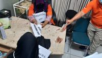 Polisi menggelar rekonstruksi aborsi ilegal di Jakarta pusat. (Liputan6.com/Muhammad Radityo Priyasmoro)