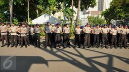 Personel Polda Metro Jaya dan Polres Metro Jakut mengikuti apel persiapan pengamanan KLB PSSI di dalam kawasan Ancol, Jakarta, Rabu (3/8). Kepolisian akan melakukan filterisasi dan pengamanan massa di seluruh 6 pintu masuk. (Liputan6.com/Gempur M Surya)