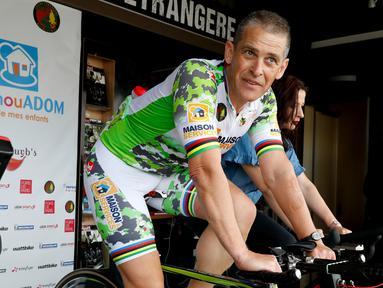 Seorang pria Prancis, Pascal Pich mengayuh sepedanya dalam upaya memecahkan rekor bersepeda statis di Paris, 2 Mei 2018. Rencananya, pria 54 tahun itu akan memecahkan rekor bersepeda statis dengan jarak 2.932 kilometer. (AFP/FRANCOIS GUILLOT)