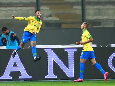 Pemain Brasil Neymar (kiri) melakukan selebsai usai mencetak gol ke gawang Peru pada pertandingan kualifikasi Piala Dunia 2022 di National Stadium, Lima, Peru, Selasa (13/10/2020). Brasil menang 4-2 dengan lewat hattrick dari Neymar. (Daniel Apuy, Pool via AP)