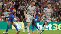 James Milner mencetak gol ke gawang Crystal Palace melalui eksekusi penalti. (doc. Premier League)