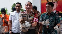 Kapolda Metro Jaya, M Iriawan menunjukan barang bukti tembakau Gorila saat ungkap kasus tindak pidana narkotika di Ditresnarkoba Polda Metro Jaya, Jakarta, Jumat (3/2). (Liputan6.com/Gempur M. Surya)