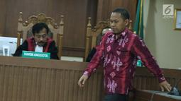 Terdakwa perantara suap pembangunan RSUD Damanhuri, Barabai, TA 2017, Abdul Basit saat sidang putusan di Pengadilan Tipikor, Jakarta, Senin (13/8). Abdul Basit dijatuhi hukuman 4 tahun penjara, denda Rp 200 juta. (Liputan6.com/Helmi Fithriansyah)