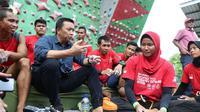 Menpora Imam Nahrawi berdialog dengan para atlet panjat tebing di kompleks Stadion Mandala Krida, Yogyakarta.
