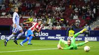 Penyerang Atletico Madrid, Luis Suarez, membobol gawang Barcelona saat kedua tim bertanding pada lanjutan Liga Spanyol 2021/2022, Minggu (3/10/2021) dini hari WIB. (AP Photo/Manu Fernandez)