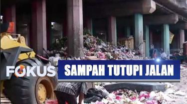 Tumpukan sampah rumah tangga tutupi badan jalan di kawasan Tanjung Priok, Jakarta Utara.