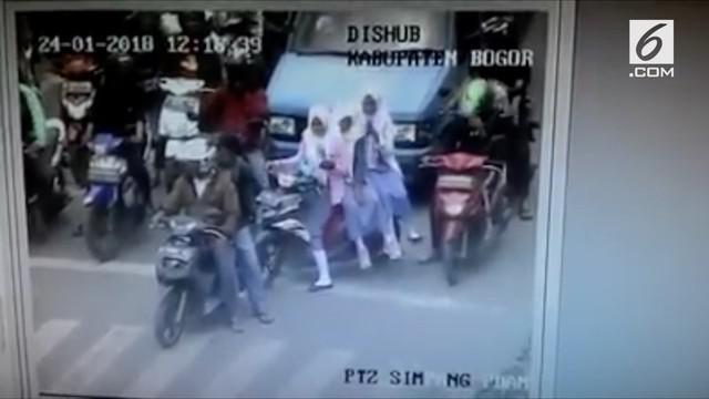 Tertangkap melanggar aturan lalu lintas, pengendara motor panik ketika ditegur via cctv.