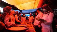 Tim gabungan dari beberapa SKPD di Garut, Jawa Barat melakukan sidak serta uji klinis kesehatan bahan pangan yang beredar di beberapa pasar di Garut menjelang Idul Fitri 1442 H. (Liputan6.com/Jayadi Supriadin)