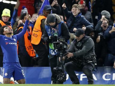 Gelandang Chelsea, Willian, merayakan gol ke gawang Barcelona pada laga Liga Champions di Stadion Stamford Bridge, London, Selasa (20/2/2018). Chelsea sementara unggul 1-0 atas Barcelona. (AFP/Ian Kington)