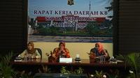 Banyaknya pria atau wanita yang menjalani KB MOP/MOW berdampak pada jumlah penduduk di Surabaya.