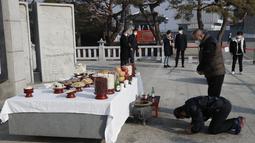 Anggota keluarga asal Korea Selatan membungkuk untuk menghormati leluhur mereka di Korea Utara, pada Tahun Baru Imlek di Paviliun Imjingak di Paju pada Jumat (12/2/2021). Perayaan Imlek di Korea Selatan meliputi pada reuni keluarga, makanan, dan mengenang leluhur. (AP Photo/Lee Jin-man)