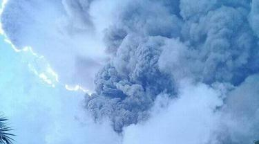 """Suara gemuruh menyertai erupsi terus menerus [Gunung Ili Lewotolok](4420762 """""""") di wilayah Kabupaten Lembata, Provinsi Nusa Tenggara Timur. (Foto: Istimewa)"""