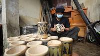 Samsul Rizal membuat gelas dari bambu untuk dijual demi menyambung hidup di tengah pandemi Covid-19. Gelas bambu buatannya memiliki corak unik tersendiri. (Foto: Liputan6.com)