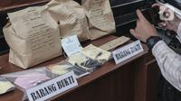 Barang bukti kasus meninggalnya editor Metro TV Yodi Prabowo diperlihatkan di Polda Metro Jaya, Sabtu (25/7/2020). Dari sejumlah fakta yang ditemukan, polisi menyimpulkan editor Metro TV Yodi Prabowo meninggal karena bunuh diri. (Liputan6.com/Johan Tallo)