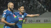 Claudir Marini Jr (kiri) menunjukkan perut buncitnya dalam selebrasi gol yang dicetak ke gawang PSM Makassar, Rabu (27/11/2019). (Bola.com/Vincentius Atmaja)