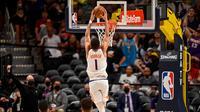Pacar Kendall Jenner, Devin Booker melakukan slam dunk guna membantu Suns mengalahkan Nuggets di play-off NBA (AFP)
