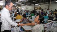 Dalam kunjungan kerja ke Makassar, Menteri Ketenagakerjaan (Menaker) M. Hanif Dhakiri mengunjungi sebuah pabrik dan berdialog dengan para Buruh