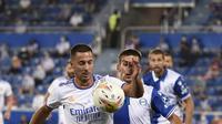 Pemain depan Real Madrid Eden Hazard (kiri) bersaing dengan gelandang Deportivo Alaves  Pere Pons pada partai perdana La Liga Spanyol musim 2020/2021 di Estadio de Mendizorroza, Minggu dini hari WIB (15/8/2021). Real Madrid menang telak 4-1. (Josep LAGO / AFP)