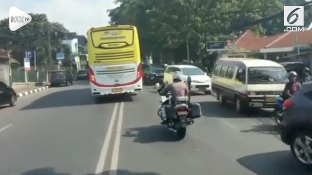 Sebuah bus ugal-ugalan melaju zigzag pada sebuah jalanan di Bandung, Jawa Barat. Polisi ikut mengejar demi menghentikan bus.