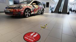 Foto pada 1 Juni 2020 menunjukkan tanda jaga jarak sosial (social distancing) di sebuah ruang pamer (showroom) Volkswagen di London, Inggris. Retail dan showroom mobil luar ruangan mulai dibuka pada 1 Juni dan retail nonesensial lainnya akan dibuka pada 15 Juni mendatang. (Xinhua/Tim Ireland)