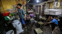 Pekerja UMKM melakukan pembuatan kue di Tanah Kusir, Jakarta, Rabu (13/1/2021). Untuk bidang UMKM dan pembiayaan korporasi dialokasikan Rp63,84 triliun dengan fokus pada subsidi bunga KUR reguler. (Liputan6.com/Johan Tallo)