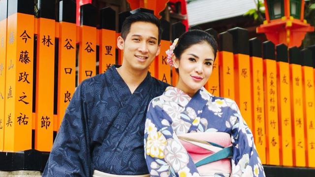 FOTO: Gaya Nindy Ayunda Liburan Ke Jepang Pakai Kimono Bersama Suami dan Anak