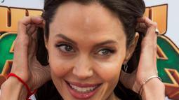 Istri Brad Pitt ini ternyata juga mengakui bahwa dirinya adalah seorang wanita dengan orientasi biseksual. Angelina Jolie pernah berpacaran dengan seorang model dengan potongan rambut cepak, Jenny Shimizu. (VALERIE MACON / AFP (ANGELINA JOLIE)