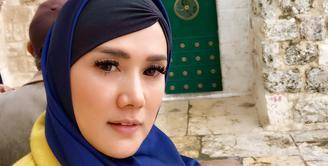 Mulan Jameela baru-baru ini menuai pujian publik lantaran penampilannya yang berbeda. Melakukan perjalanan liburan ke Jerusalem, Mulan begitu memesona dengan balutan hijabnya. (Instagram/mulanjameela1)