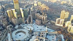 Dari pemantauan udara suasana Masjidil Haram dan sekitarnya sepi pada hari pertama bulan suci Ramadan di kota suci Makkah, Arab Saudi (24/4/2020). Pemerintah Arab Saudi masih memberlakukan lockdown akibat pandemi Covid-19 di hari pertama bulan suci Ramadan di Kota Makkah. (AFP/Bandar Aldandani)