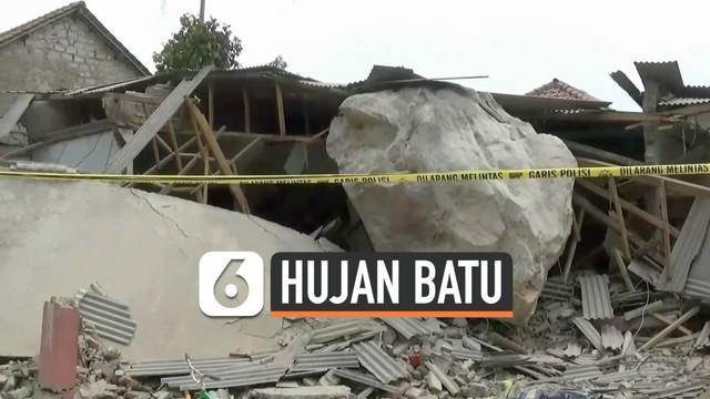 Warga desa Cihandeleum Purwakarta panik saat dihujani batu-batu berukuran besar hari Selasa (8/10/2019). Batu menimpa rumah dan bangunan sekolah.