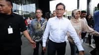 Dirut Garuda Indonesia, Pahala N. Mansury (kemeja putih) keluar dari gedung KPK, Jakarta, Senin (11/9). Dalam konsultasi tersebut, Pahala berharap bisa memperbaiki kebijakan di Garuda Indonesia. (Liputan6.com/Helmi Fithriansyah)