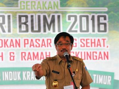 Wagub DKI Jakarta, Djarot Saiful Hidayat memberikan sambutan dalam peringatan hari Bumi di Pasar Induk, Kramat Jati, Selasa (10/5). Dalam kesempatan tersebut, Djarot melakukan pengecekan pasar dan menanam pohon di pasar Induk. (Liputan6.com/Yoppy Renato)