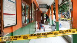 Warga melihat ruang kelas SDN Kalibaru 6 yang ambruk di Jalan Mandor Samin, Cilodong, Depok, Jawa Barat, Jumat (26/2/2016). Sebanyak 4 ruangan kelas dan guru di SDN Kalibaru 6 ambruk karena tingginya curah hujan. (Liputan6.com/Yoppy Renato)