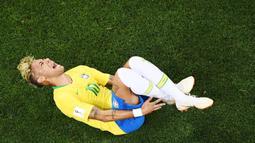 Striker Brasil, Neymar, menjerit kesakitan saat pertandingan melawan Swiss pada laga Piala Dunia di Stadion Rostov, Rusia, Senin (17/6/2018). Dilanggar sebanyak 10 kali membuat Neymar masuk rekor di Piala Dunia. (AFP/Jewel Samad)