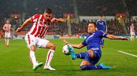 Pemain Stoke City Jonathan Walters mencoba melepaskan tendangan dari penjagaan pemain Chelseaa John Terry pada babak 16 besar Piala Liga Inggris, Rabu (28/10/2015) dini hari WIB. (Reuters / Darren Staples)